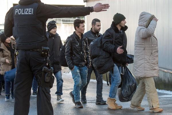 afrikanische fluechtlinge knast direkt nach europa deutschland